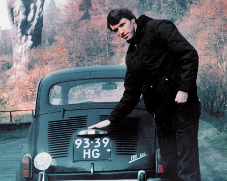 Tim Leatherman năm 1975 bên cạnh chiếc Fiat