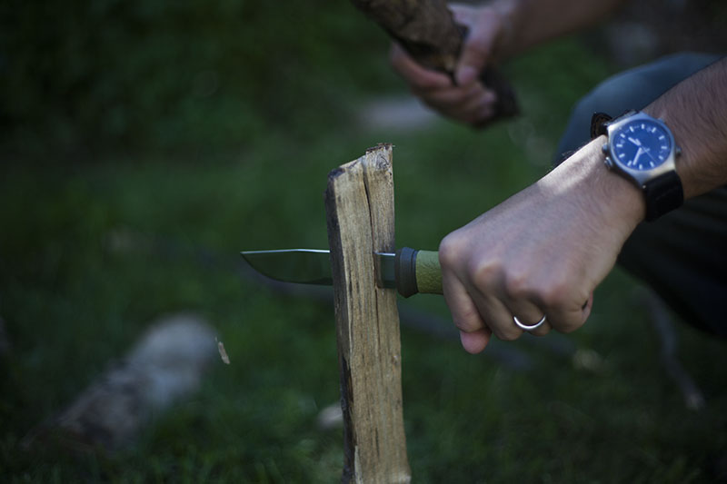 Batoning - Một động tác dùng dao để thực hiện một chức năng của rìu